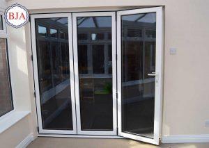 pintu aluminium atau kayu