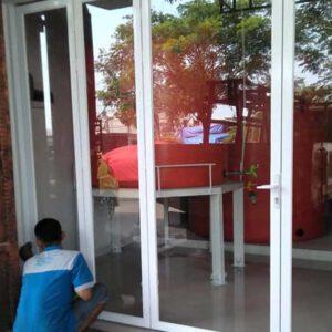 pemasangan pintu dan kusen aluminium